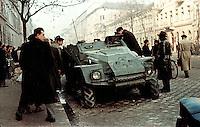 UNGARN, 10.1956.Budapest, IX./VIII. Bezirk.Ungarn-Aufstand / Hungarian uprising 23.10.-04.11.1956:.Fussgaenger bewundern einen verlassenen sowjetischen Panzerwagen in der Üllöi út nach dem Waffenstillstand vom 28.10.56. Links die revolutionaere Kilian-Kaserne..Pedestrians inspecting a deserted Soviet armoured vehicle on Ulloi ut after the ceasefire of oct. 28. To the left the revolutionary Kilian barracks..© Jenö Kiss/EST&OST