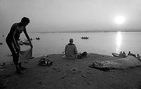 Varanasi (Uttar Pradesh)<br /> <br /> Men practicing yoga ,meditating and sleeping at sunrise .<br /> <br /> Hommes en train de pratiquer le yoga,méditer et dormir au levé du soleil.