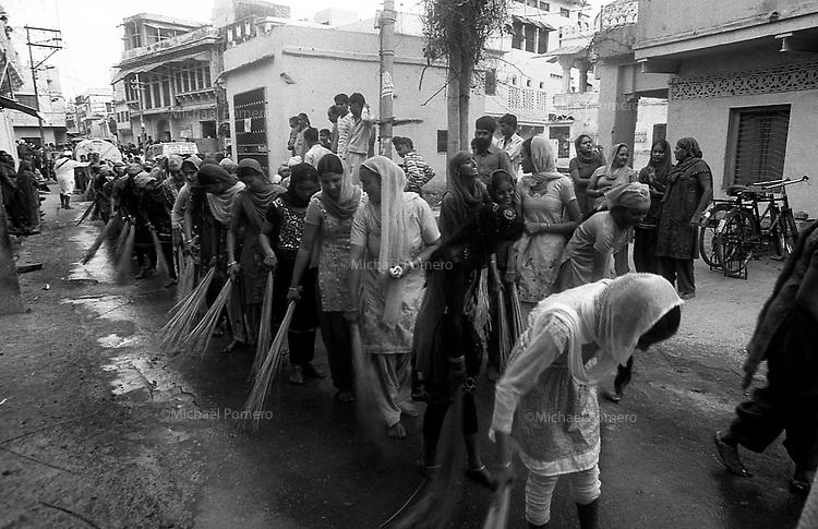 11.2010 Bundi (Rajasthan)<br /> <br /> Women cleaning the ground during Guru Nanak festival.<br /> <br /> Femmes en train de nettoyer le sol pendant la fête de guru Nanak.