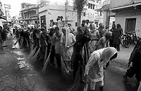 11.2010 Bundi (Rajasthan)<br /> <br /> Women cleaning the ground during Guru Nanak festival.<br /> <br /> Femmes en train de nettoyer le sol pendant la f&ecirc;te de guru Nanak.