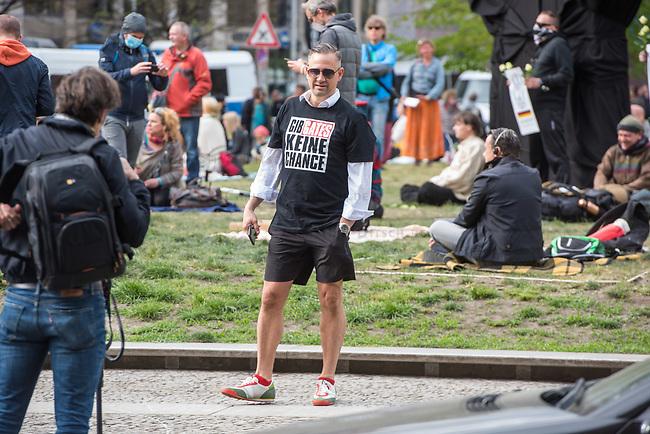 """Auf und rund um den Rosa-Luxemburg-Platz in Berlin-Mitte haben am Samstag den 25. April 2020 mehrere hundert Menschen gegen die Einschraenkungen im Zuge der Massnahmen zur Eindaeemung der Covid-19-Pandemie protestiert. Rechtsextremisten, Hooligans, Antisemiten, Verschwoerungstheoretiker und AfD-Politiker hatten zu einer sogenannten """"Hygiene-Demo"""" versammelt. Vereinzelt protestierten Menschen am Rande gegen diese Demonstration.<br /> Die Polizei war mit mehreren hundert Beamten im Einsatz und nahm mehr als 100 Personen fest.<br /> Im Bild: Ein Demonstrant mit einem T-Shirt mit der Aufschrift """"Gib Gates keine Chance"""". Der Milliadaer Bill Gates soll angeblich ein Profiteur der Krise sein.<br /> 25.4.2020, Berlin<br /> Copyright: Christian-Ditsch.de<br /> [NUR FUER REDAKTIONELLE ZWECKE! Werbung nur auf Anfrage beim Fotografen. Inhaltsveraendernde Manipulation des Fotos nur nach ausdruecklicher Genehmigung des Fotografen. Vereinbarungen ueber Abtretung von Persoenlichkeitsrechten/Model Release der abgebildeten Person/Personen liegen nicht vor. NO MODEL RELEASE! Don't publish without copyright Christian-Ditsch.de, Veroeffentlichung nur mit Fotografennennung, sowie gegen Honorar, MwSt. und Beleg. Konto: I N G - D i B a, IBAN DE58500105175400192269, BIC INGDDEFFXXX, Kontakt: post@christian-ditsch.de<br /> Bei der Bearbeitung der Dateiinformationen darf die Urheberkennzeichnung in den EXIF- und  IPTC-Daten nicht entfernt werden, diese sind in digitalen Medien nach §95c UrhG rechtlich geschuetzt. Der Urhebervermerk wird gemaess §13 UrhG verlangt.]"""