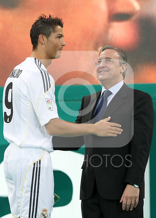 Real Madrid's new player Cristiano Ronaldo and President Florentino Perez during his official presentation. July 06, 2009. (ALTERPHOTOS/Acero)