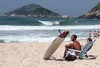 RIO DE JANEIRO; RJ; 08 DE MARÇO 2013 - CALOR E PRAIA NO RIO DE JANEIRO - Nesta sexta-feira (8) o intenso calor levou muitas pessoas à Prainha, na zona oeste da cidade tanto para praticar esportes, tomar sol ou se refrescar no mar. FOTO: NÉSTOR J. BEREMBLUM - BRAZIL PHOTO PRESS.