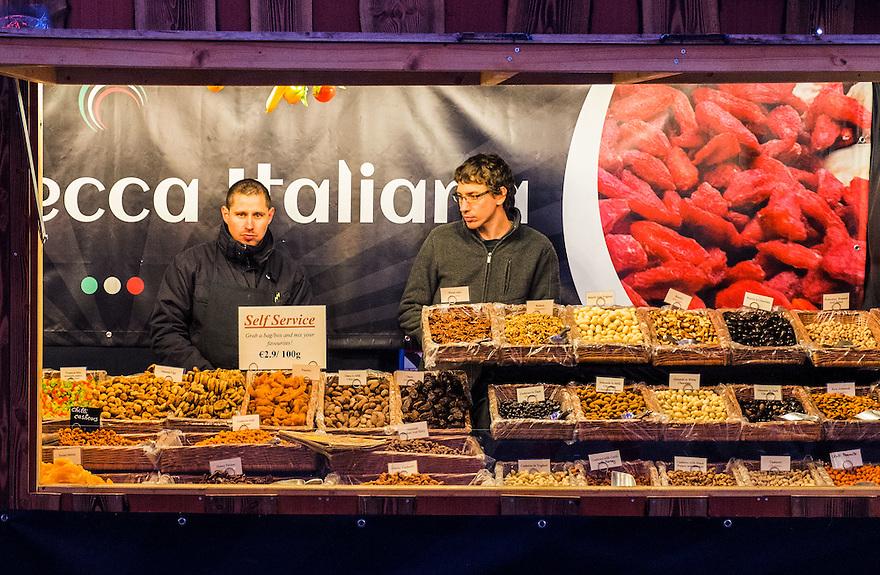 Nederland, Amsterdam, 11 jan 2014<br /> Kerstmarkt. Kraamhouder  in een kraam op kerstmarkt op het damrak in Amsterdam. Uren lang in een kraam staan en niks verkopen, maakt blijkbaar niet vrolijk, want het sacherijn straalt er vanaf.<br /> <br /> Foto: Michiel Wijnbergh