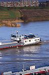 VIANEN - Binnenvaartschep passeren elkaar op de rivier de Lek.  COPYRIGHT TON BORSBOOM