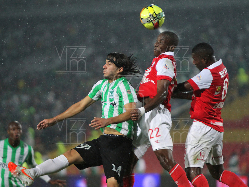 BOGOTA -COLOMBIA. 07-05-2014. Dairon Mosquera  (Centro)  y Edison Mendez (Der) de Independiente Santa Fe disputa el balon  contra Sebastian Perez  del  Atlético Nacional  partido de ida por las semifinales  de  La Liga Postobon  jugado en el estadio El Campin . Dairon Mosquera  (Centro ) and Edison Mendez (Der) of Independiente Santa Fe dispute the balloon against  Sebastian Perez  of Atletico Nacional for the first leg to the  Liga Postobon I played at El Campin. Photo: VizzorImage / Felipe Caicedo / Staff