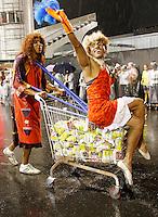 SÃO PAULO, SP, 10 DE FEVEREIRO DE 2012 - ENSAIO VAI-VAI -  integrante durante ensaio técnico da Escola de Samba Vai -Vai na preparação para o Carnaval 2012. O ensaio foi realizado na noite desta sexta feira 10 no Sambódromo do Anhembi, zona norte da cidade.FOTO ALE VIANNA - NEWS FREE