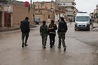 Sehid Xebat Hospital unter YPG-Verwaltung in Qamishli, Rojava/Syrien.<br /> Im Bild: Kaempferinnen der YPJ, der Fraueneinheit in der Armee der YPG, haben eine verletzte Kameradin (2.vr.) im Krankenhaus besucht. Ihr wurde in Kobane der linke Arm zerschossen. Ein Operateur hat mit externer Fixierung die zertruemmerten Knochen stabilisiert. Sie werden von einem Krankenhausmitarbeiter und YPG-Kaempfer begleitet (links).<br /> 14.12.2014, Qamishli/Rojava/Syrien<br /> Copyright: Christian-Ditsch.de<br /> [Inhaltsveraendernde Manipulation des Fotos nur nach ausdruecklicher Genehmigung des Fotografen. Vereinbarungen ueber Abtretung von Persoenlichkeitsrechten/Model Release der abgebildeten Person/Personen liegen nicht vor. NO MODEL RELEASE! Nur fuer Redaktionelle Zwecke. Don't publish without copyright Christian-Ditsch.de, Veroeffentlichung nur mit Fotografennennung, sowie gegen Honorar, MwSt. und Beleg. Konto: I N G - D i B a, IBAN DE58500105175400192269, BIC INGDDEFFXXX, Kontakt: post@christian-ditsch.de<br /> Bei der Bearbeitung der Dateiinformationen darf die Urheberkennzeichnung in den EXIF- und  IPTC-Daten nicht entfernt werden, diese sind in digitalen Medien nach §95c UrhG rechtlich geschuetzt. Der Urhebervermerk wird gemaess §13 UrhG verlangt.]