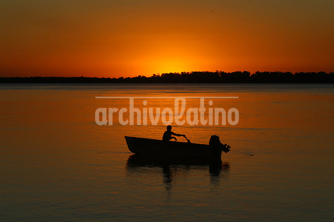 Costa del rio Paraná frente a Villa Urquiza, 40 kilómetros de Paraná, capital de la provincia de Entre Rios. El rio ofrece atractivos para turistas que buscan playa, sol y deportes acuaticos *Shore of Paraná river infront of Villa Urquiza, 25 miles from Parana, the capital city of Entre Rios province. The spot offers atractions for tourists looking for sun, beach and water sports.*Rive du fleuve Paraná face à Villa Urquiza, à 40 kilomètres de Paraná. +paysage, sport, volley, mer, coucher, soleil