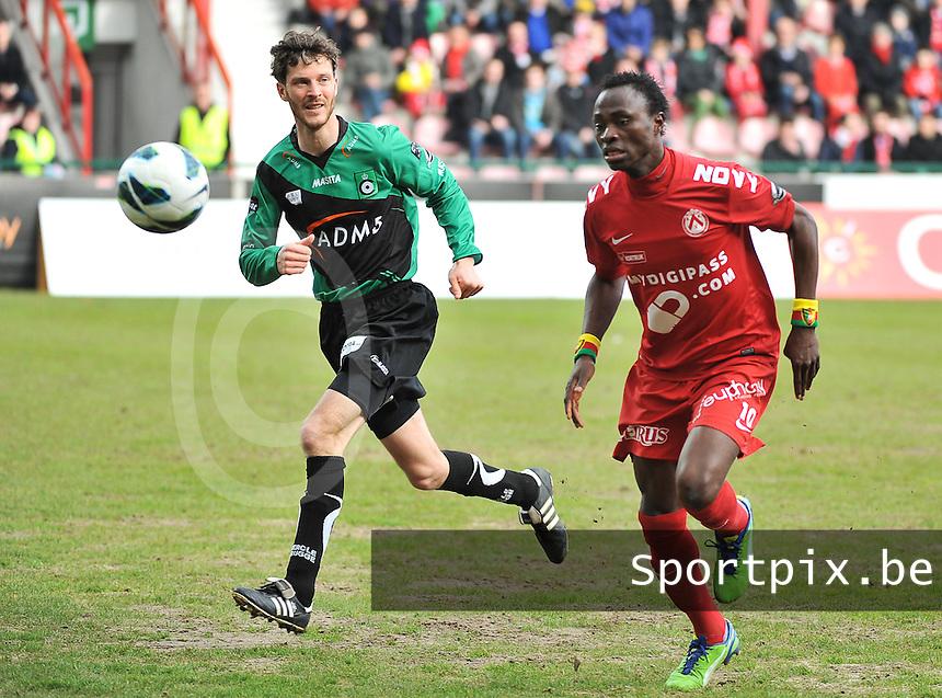 KV Kortrijk - Cercle Brugge : Ernest Nfor aan de bal voor Frederik Boi (links).foto VDB / BART VANDENBROUCKE