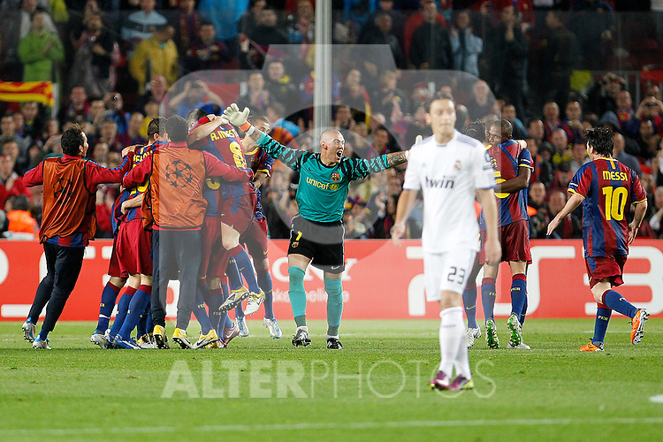 FC Barcelona's Thiago Alcantara, Ibrahim Afellay, Sergio Busquets, Andres Iniesta, Daniel Alves, Victor Valdes, Eric Abidal, Xavi Hernandez and Leo Messi celebrate the victory in the UEFA Champions League Semifinal match in presence of Real Madrid's Mesut Ozil.May 3,2011.(ALTERPHOTOS/Acero)