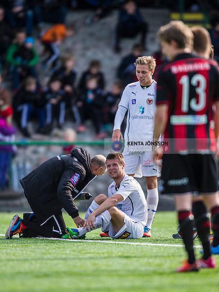 V&auml;llingby 2014-03-30 Fotboll Allsvenskan IF Brommapojkarna - Kalmar FF :  <br />  Kalmars M&aring;ns S&ouml;derqvist har skadat sig i den f&ouml;rsta halvleken och tittas till av Kalmars sjukv&aring;rdare<br /> (Foto: Kenta J&ouml;nsson) Nyckelord:  BP Brommapojkarna Grimsta Kalmar KFF skada skadan ont sm&auml;rta injury pain