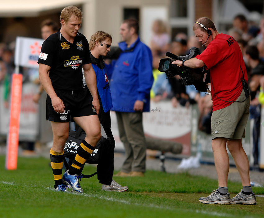 Photo: Richard Lane..Cardiff Blues v London Wasps. EDF Anglo-Welsh Cup. 30/09/2006. .Wasps' Josh Lewsey leaves the field with a hamstring injury.