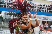 SAO PAULO, SP, 09 FEVEREIRO 2013 - CARNAVAL SP - AGUIA DE OURO  - Integrantes da escola de samba Aguia de Ouro durante desfile no primeiro dia do Grupo Especial no Sambódromo do Anhembi na região norte da capital paulista, na madrugada deste sábado, 09. (FOTO: WILLIAM VOLCOV / BRAZIL PHOTO PRESS).