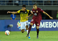 PEREIRA – COLOMBIA, 24-01-2020: Rommel Ibarra de Venezuela disputa el balón con Alan Franco de Ecuador durante partido entre Venezuela y Ecuador por la fecha 3, grupo A, del CONMEBOL Preolímpico Colombia 2020 jugado en el estadio Hernán Ramírez Villegas de Pereira, Colombia. / Rommel Ibarra of Venezuela fights the ball with Alan Franco of Ecuador during the match between Venezuela and Ecuador for the date 3, group A, for the CONMEBOL Pre-Olympic Tournament Colombia 2020 played at Hernan Ramirez Villegas stadium in Pereira, Colombia. Photo: VizzorImage / Julian Medina / Cont