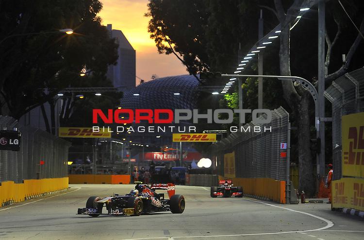 19.-22.09.2013, Marina-Bay-Street-Circuit, Singapur, SIN, F1, Grosser Preis von Singapur, Singapur, DHL Branding - Daniel Ricciardo (AUS) Scuderia Toro Rosso <br />  Foto &copy; nph / Mathis