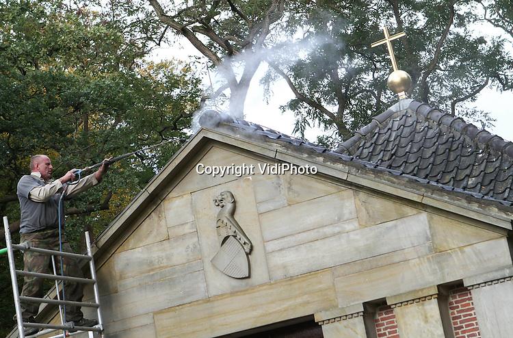 Foto: VidiPhoto..DOORN - Het mausoleum van keizer Wilhelm II in Doorn wordt woensdag met een hogedrukspuit schoongemaakt. Het is onderdeel van de restauratie van de tombe van de laatste keizer van Duitsland, die in 1918, na de Eerste Wereldoorlog, als balling naar Nederland uitweek. Het is voor het eerst sinds de dood van Wilhelm II in 1941 dat het mausoleum wordt gerestaureerd. De Rijksgebouwendienst voert de restauratie uit. De keizer heeft zijn laatste rustplaats in de tuin van Huis Doorn, het slot waar hij meer dan 20 jaar lang in ballingschap leefde. Wilhelm II beschouwde het mausoleum overigens als tijdelijke rustplaats. Zijn wens was dat zijn lichaam een graf krijgt in Duitsland, zodra daar de monarchie is hersteld..
