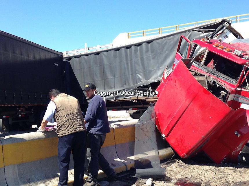 Quer&eacute;taro, Quer&eacute;taro. 11 de febrero de 2016.- Un accidente vehicular ocasion&oacute; el cierre total de la circulaci&oacute;n en el libramiento noroeste en direcci&oacute;n a la carretera 57, dos camiones y un autob&uacute;s de pasajeros fueron los involucrados.<br /> <br /> Foto. Oscar Aguilar.