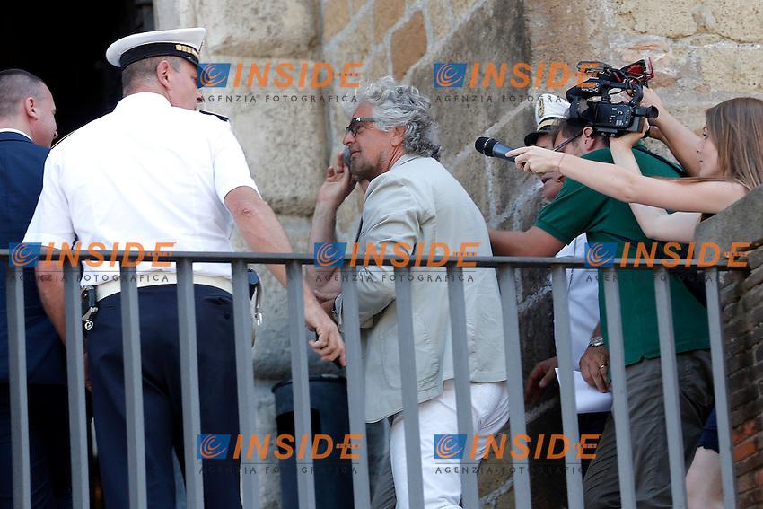 Beppe Grillo <br /> Roma 12-07-2016 Campidoglio, Beppe Grillo si affaccia al balcone durante il suo incontro con la Sindaca di Roma.<br /> Beppe Grilo entering the Campidoglio for a meeting with the newly elected mayor of Rome<br /> Photo Samantha Zucchi Insidefoto