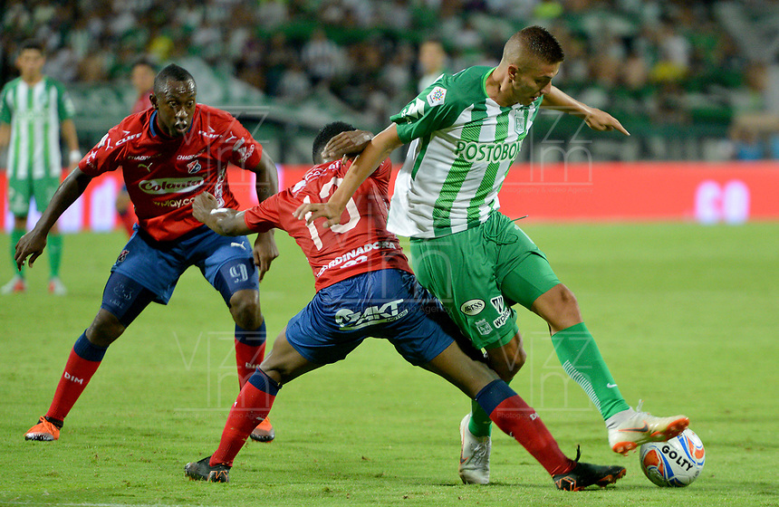 MEDELLÍN - COLOMBIA, 06-10-2018:  Elvis Perlaza (Izq) jugador del Medellín disputa el balón con Juan Pablo Ramirez (Der) de Atletico Nacional durante el partido entre Deportivo Independiente Medellín y Atletico Nacional por la fecha 13 de la Liga Águila II 2018 jugado en el estadio Atanasio Girardot de la ciudad de Medellín. / Elvis Perlaza (L) player of Medellin vies for the ball with Juan Pablo Ramirez (R) player of Atletico Nacional during match between Deportivo Independiente Medellin and Atletico Nacional for the date 13 of the Aguila League II 2018 played at Atanasio Girardot stadium in Medellin city. Photo: VizzorImage/ León Monsalve / Cont