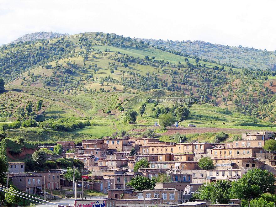 Iran 2004.Paysage avec un village et montagnes sur la route de Piranchar.Iran 2004.Landscape with a village and mountains on the road to Piranshar