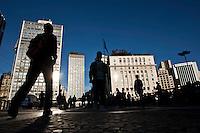 SAO PAULO, 21 DE JULHO DE 2012 -COTIDIANO- Na foto populares caminham no viaduto do cha,centro de Sao Paulo na tarde deste Sabado. FOTO VAGNER CAMPOS BRAZIL PHOTO PRESS