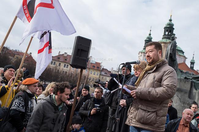 Am Samstag den 31. Januar 2015 versammelten sich auf dem Staromestske Namesti-Platz (Alststaetter Markt / Old Town Square) in Prag ca. 500 Anhaenger der Pegida-Bewegung. Wie in Deutschland sind die Pegida (Patriotische Europaere gegen die Islamisierung des Abendlandes) Neonazis, Hooligans, Islamsfeinde und sog. &quot;Besorgte Buerger&quot;.<br /> Gegen die Pegida-Kundgebung protestierten Vertreter verschiedener Religionen, Antifaschisten, Sinti und Roma mit einem Gottesdienst, Gesaengen und Plakaten und Schildern, auf denen sich zum Teil ueber die Islamophobie der Pegida-Anhaenger lustig gemacht wurde. Beide Veranstaltungen fanden gleichzeitig nebeneinander auf dem Platz statt. Aus der Pegida-Kundgebung kamen immer wieder heftige Beschimpfungen und Neonazis versuchten Gegendemonstranten ein Transparent zu entreissen.<br /> Im Bild: Tomio Okamura, einer der Organisatoren der Pegida in Tschechien.<br /> Okamura ist Gruender der Partei Usvit prime demokracie (dt. Morgendaemmerung der direkten Demokratie). Er ist seit 2012 fuer die Fraktion der Krestanska a demokraticka unie &ndash; Ceskoslovenska strana lidova  KDU-CSL, (dt. Christliche und Demokratische Union &ndash; Tschechoslowakische Volkspartei) Mitglied im tschechischen Senat (Abgeordnetenhaus).<br /> Nachdem er im August 2014 oeffentlich den Holocaust leugnete wurde er aufgefordert seine Aemter im tschechischen Senat niederzulegen.<br /> 31.1.2015, Prag<br /> Copyright: Christian-Ditsch.de<br /> [Inhaltsveraendernde Manipulation des Fotos nur nach ausdruecklicher Genehmigung des Fotografen. Vereinbarungen ueber Abtretung von Persoenlichkeitsrechten/Model Release der abgebildeten Person/Personen liegen nicht vor. NO MODEL RELEASE! Nur fuer Redaktionelle Zwecke. Don't publish without copyright Christian-Ditsch.de, Veroeffentlichung nur mit Fotografennennung, sowie gegen Honorar, MwSt. und Beleg. Konto: I N G - D i B a, IBAN DE58500105175400192269, BIC INGDDEFFXXX, Kontakt: post@christian-ditsch.de<br /> Bei der Be