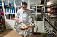 Nederland - Zaandam - 2019.    Het Bakery Institute in de oude Verkadefabriek. Docent haalt broden uit de oven.              Foto mag niet in negatieve / schadelijke context gepubliceerd worden.       Het Bakery Institute is een particuliere opleiding voor iedereen die zich wil ontwikkelen in het bakkersvak.   Foto Berlinda van Dam / Hollandse Hoogte