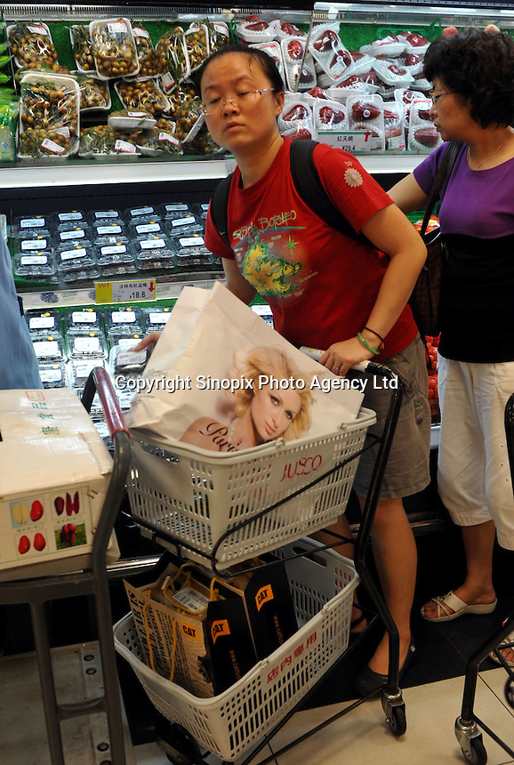 Shoppers at a supermarket in Guangzhou, China. The financial crisis won't have too much impact on Chinese consuming market. According to a survey by Nielsen of 50 countries and regions, only 35 percent of Chinese people believed the domestic economy was in a contraction. The figure was the lowest among the 50 world markets..27 Jun 2009