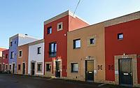 Nederland -  Eindhoven. 2018. Volta Galvani in Woensel West. De wijk bestaat uit 61 huurwoningen, 45 koopwoningen en ruimtes voor 22 ateliers of winkeltjes en valt op door de kleurige aanblik van de gevels. Bewoners konden zelf kiezen uit een aantal verschillende tinten, op voorwaarde dat ze een andere kleur kozen dan de buren. Deze woonbuurt is onderdeel van de herstructurering van de wijk.   Foto Berlinda van Dam / Hollandse Hoogte