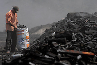 Conhecida como carvoaria Km 4 na estrada de Coaxi, a maior carvoaria de Ulianópolis tem cerca de 1200 fornos queimando madeira retirada da floresta  para produção de  carvão vegetal que irá abastecer as usinas de ferro gusa no Pará e Maranhão além do consumo doméstico.<br /> Ulianópolis, Pará, Brasil<br /> 04/07/2007.<br /> Foto Paulo Santos