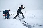 Passage délicat en ski sur la banquise. Groënland (côte Est). Région d'Angmagssalik (Ammasalik ou Tassilaq). Ski hazard on the ice floe. Greenland (East coast).