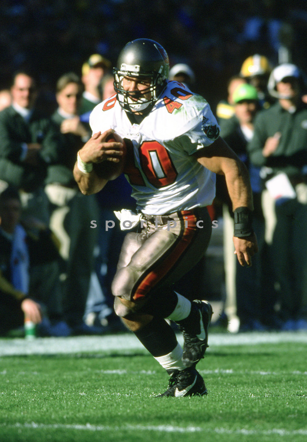 Tampa Bay Buccaneers, Mike Alstott (40) during a game from his 2001 season with the Tampa Bay Bucaneers. Mike Alstott played for 11 seasons all with the Buccaneers and was a 6-time Pro-Bowler.(SPORTPICS)
