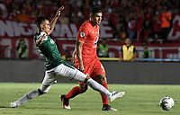 CALI - COLOMBIA, 14-04-2019: Carlos Sierra del América disputa el balón con Christian Rivera del Cali durante partido por la fecha 15 de la Liga Águila I 2019 entre América de Cali y Deportivo Cali jugado en el estadio Pascual Guerrero de la ciudad de Cali. / Carlos Sierra of America struggles the ball with Christian Rivera of Cali during match for the date 15 as part of Aguila League I 2019 between America Cali and Deportivo Cali played at Pascual Guerrero stadium in Cali. Photo: VizzorImage / Gabriel Aponte / Staff