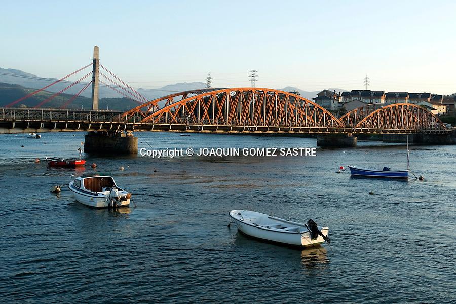 COLINDRES-CANTABRIA.Vista del antiguo puente de Treto construido por el arquitecto Eiffel en el puerto de la localidad de Cantabria.foto © JOAQUIN GOMEZ SASTRE