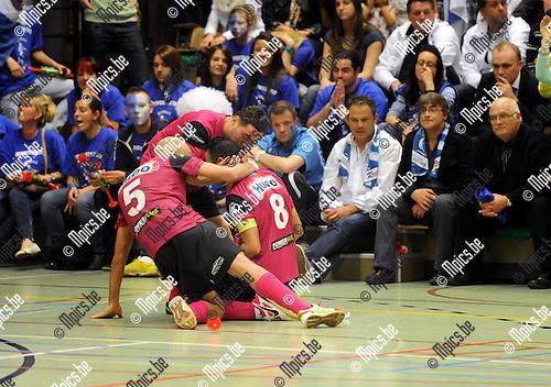 2012-05-11 / Futsal / seizoen 2011-2012 / Antwerpen is kampioen / Karim Bachar (8) scoorde het winnende doelpunt en viert voor het bezoekersvak..Foto: Mpics.be