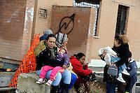 Roma, 29 Gennaio 2011.Tor Cervara, Via Raffaele Costi.Un centinaio di rom kossovari e macedoni hanno occupato uno stabile abbandonato, dopo alcune ore lo abbandonano sotto la minaccia di sgombero da parte delle forze dell'ordine..Rome, January 29, 2011.Tor Cervara, Via Raffaele Costa.One hundred Roma Kosovars and Macedonians have occupied an abandoned building, abandoned it after a few hours under threat of eviction by the police.