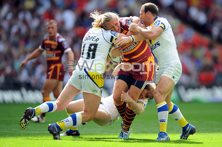 PICTURE BY Jeremy Rata/SWPIX.COM - Carnegie Challenge cup final, Rugby League, Huddersfield Giants v Warrington - 29/08/09...Copyright - Simon Wilkinson - 07811267706...Huddersfield's Eorl Crabtree is cuaght by Michael Cooper and Paul Johnson