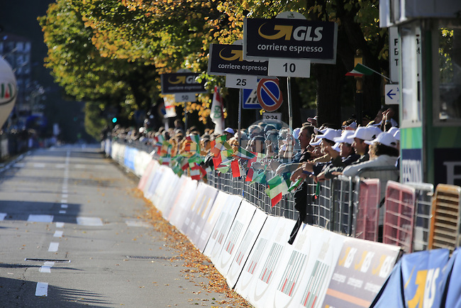 Big crowds await the riders at the finish line in Como at the end of Il Lombardia 2015 running 245km from Bergamo to Como, Italy. 4th October 2015.<br /> Picture: Eoin Clarke | Newsfile