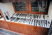 Roma 12  Giugno 2009.In un negozio in Via Cavour una vetrina con vari tipi di coltelli in vendita-<br /> Store that sells knives in Via Cavour