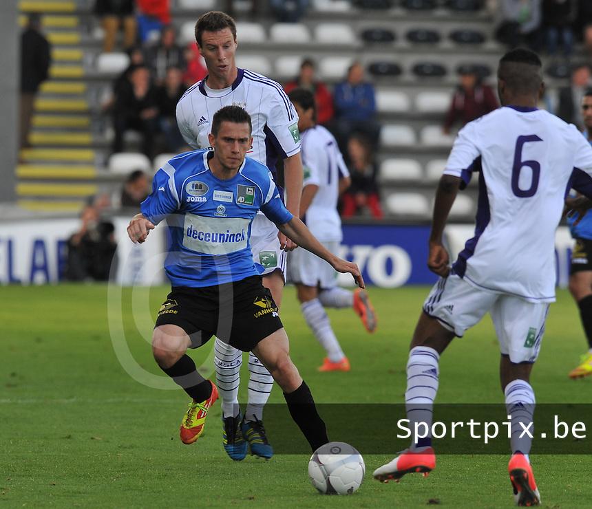 KSV Roeselare : Benjamin Lutun aan de bal voor Bruno Godeau (achter) van Anderlecht.foto DAVID CATRY / BART VANDENBROUCKE / VDB