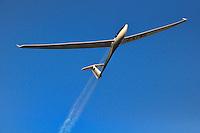 DG 800 im Ueberflug: FRANKREICH, 07.08.2010 Im Endanflug auf Puimoisson, Eigenstartfaehiges,  Segelflugzeug der 18 Meter Klasse - Aufwind-Luftbilder Stichworte:   Segelflugzeug, Flugzeug, fliegen, fliegt, fliegend, Flug, Segelflug, Segelfliegen, Sport, Sportart, Luftsport, Luftsportgeraet, Geraet, Fluggeraet, 18 Meter  Klasse, DG 800 , eigen, selbst, ohne, Hilfe, startfaehig, startfaehiges, Fluegelspannweite, Fluegel, lang, lange, Spannweite, Meter,  Gleitflug, gleiten, gleitet, Motorsegler, Freizeit, Hobby, KFK, GFK, Kohlefaser, Glasfaser, Wasser ablassen, Streifen, Gewichtserhoehung, besseres Gleiten durch Wasser, Himmel blau, dynamisch, Dynamik, Sonnenlicht, Reflex, Licht, Schimmer, Schein,