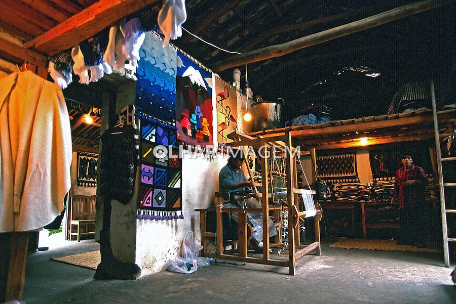 Trabalho em tear. Otavalo, Equador. 1997. Foto de Juca Martins.