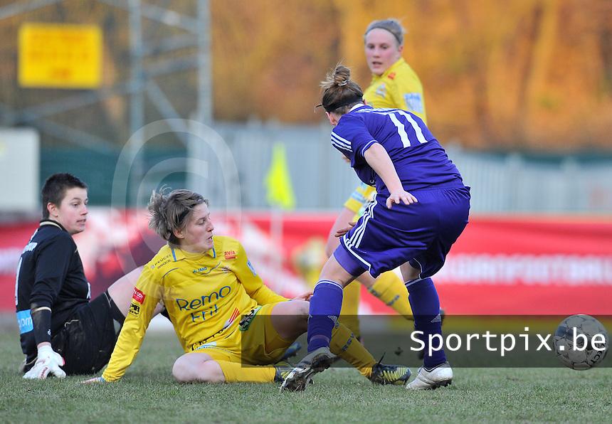 Waasland Beveren Sinaai Girls - RSC Anderlecht : Anke Langeraert  en Charlotte Van Wynsberghe kijken samen naar de bal .foto DAVID CATRY / Nikonpro.be