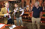 Foto: VidiPhoto<br /> <br /> ELSPEET &ndash; De Engelse wapenspecialist Patrick Hawkes van veilinghuis Bonhams in Londen bestudeert donderdag een van de vele oude en kostbare jachtwapens die bij Geweermakerij Elspeet worden aangeboden. Verzamelaars konden zich vrijblijvend laten adviseren over de mogelijke veilingresultaten. Daarbij geldt niet alleen hoe ouder hoe kostbaarder, maar vooral ook hoeveel exemplaren er van een type wapen nog te vinden zijn en of de vorige eigenaar een historische bekendheid is. Alleen gebruiksklare en goed onderhouden wapens &ldquo;met een verhaal&rdquo; stijgen in waarde. Volgens eigenaar Evert van Rhee (m) van de Elspeetse geweermakerij neemt het aantal verzamelaars in ons land door de strenge regelgeving af. In Engeland en de VS is de situatie anders. Daar is veel belangstelling voor historische wapens. Vuurwapens die in Nederland bij een opruiming of verhuizing worden gevonden zijn in principe illegaal en moeten vernietigd worden.