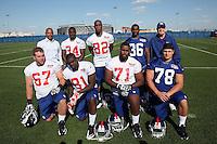 Gruppenfoto der Giants Draftpicks 2012: hinten: General Manager Jerry Reese, RB David Wilson (1'12), WR Reuben Randle (2'12), CB Jayron Hosley (3'12), Head Coach Tom Coughlin, vorne: T Brandon Mosley (4'12), TE Adrien Robinson (2'12), T Matt McCants (6'12), DT Markus Kuhn (D, 7'12, Giants)