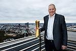 24.01.2018, Hamburg, Penthouse Elb-Panorama / Atlantic Haus<br />Beachvolleyball, Pressekonferenz FIVB World Championships / Weltmeisterschaft<br /><br />Frank Mackerodt (Promoter) mit WM-Pokal<br /><br />  Foto © nordphoto / Kurth