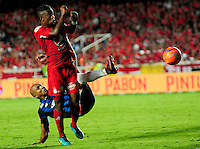 CALI - COLOMBIA -11-02-2017: Brayan Angulo (Der.) jugador de America, disputa el balón con Jonathan Estrada (Izq.) jugador de Atletico Junior, durante partido America de Cali y Atletico Junior, por la fecha 3 de la Liga Aguila I 2017 jugado en el estadio Pascual Guerrero de la ciudad de Cali. / Brayan Angulo (R) of player of America, vies for the ball with Jonathan Estrada (L), player of Atletico Junior, during a match between America de Cali and Atletico Junior, for the date 3 of the Liga Aguila I 2017 at the Pascual Guerrero stadium in Cali city. Photo: VizzorImage / Nelson Rios / Cont.