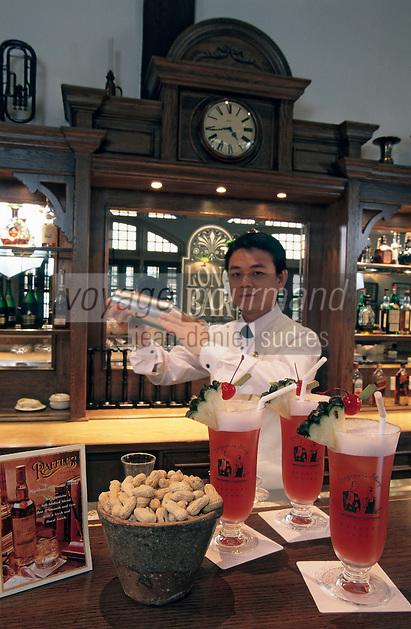 """Asie/Singapour/Singapour: Raffles Hôtel - Bar de l'hôtel où sont servis au Long Bar les meilleurs """"Singapour Sling"""""""