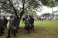 ATENCAO EDITOR IMAGEM EMBARGADA PARA VEICULOS INTERNACIONAIS - SAO PAULO, SP, 18 DEZEMBRO 2012 - Policiamento foi reforcado durante comemoracao pela conquista do Corinthians do Mundial de Clubes da FIFA, na praca Campo de Bagatele, regiao norte da capital, na manha desta terca feira, 18. (FOTO: ALEXANDRE MOREIRA / BRAZIL PHOTO PRESS).